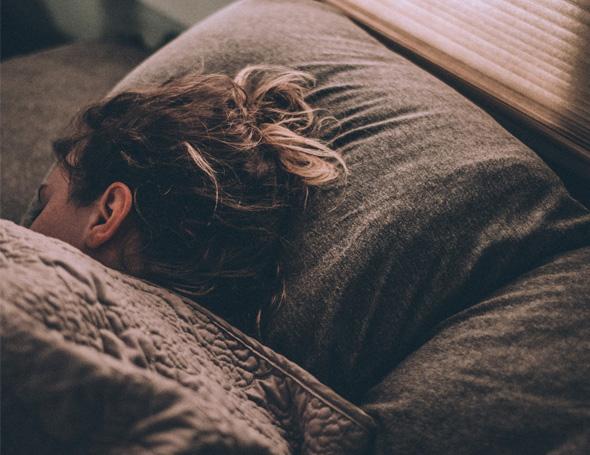 Het effect van slapen met het licht aan of in het donker